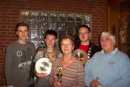 v.l. Robin Wozniak (Jugendkönig); Claudia Bartels (Sportkeglerinnen), Angelika Morawski (Hobbykeglerinnen); Marcel Dubbe (Sportkegler); Holger Mengel (Hobbykegler)