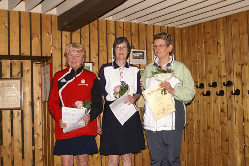 Bezirksmeisterin Marie-Luise Stiefeling (Mitte) bei der Siegerehrung mit Helga Okatz (Cuxhaven/links) und Margit Fehse (Winsen/rechts)